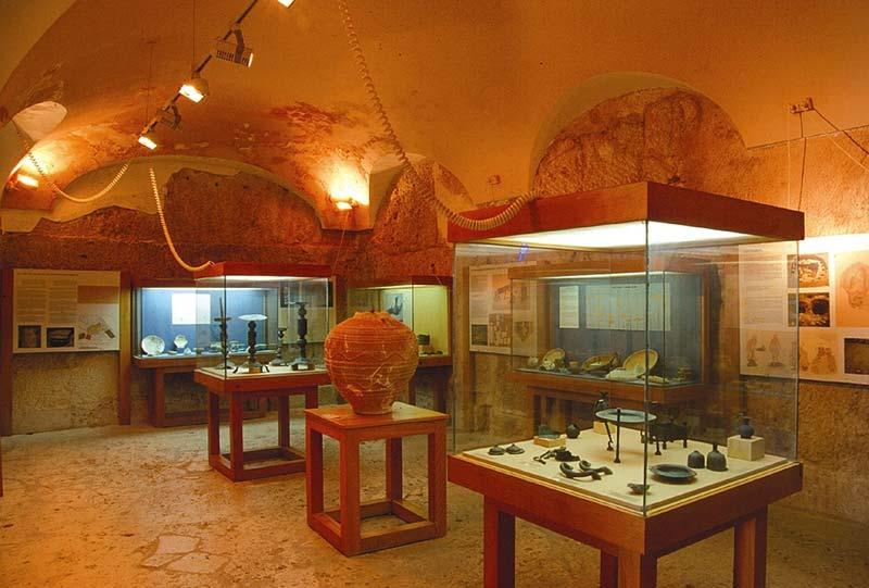 interior-museo arqueologico de denia sala de exposicion